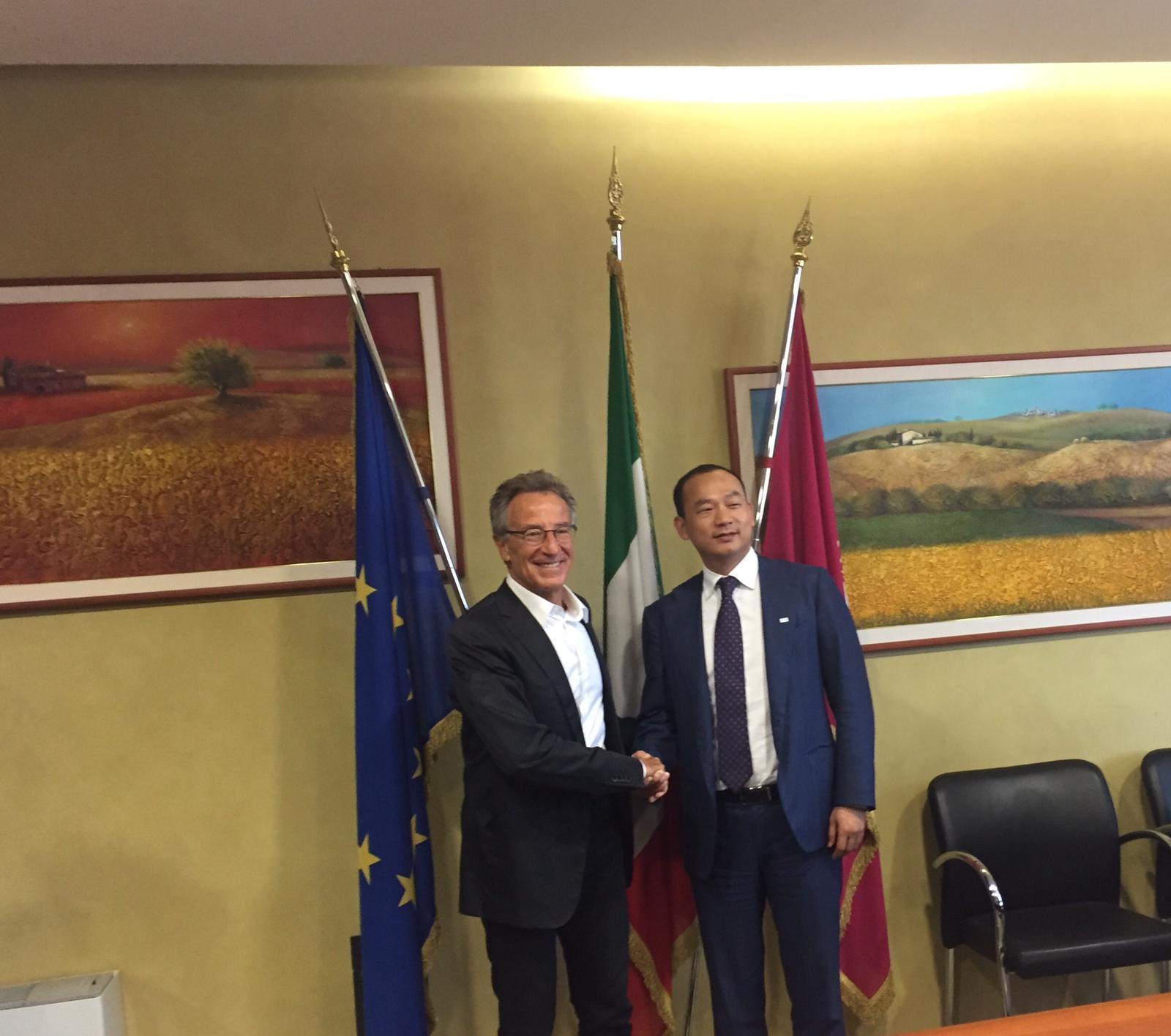 firma accordo ZTE Italia Regione Abruzzo - da sinistra Giovanni Lolli, Presidente Vicario Regione Abruzzo e Hu Kun, CEO ZTE Italia e Presidente Western Europe